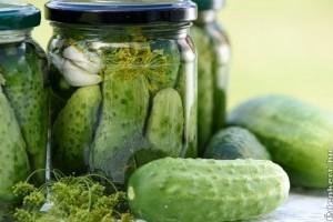 Hogyan készítsünk kovászos és ecetes uborkát?
