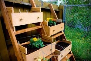 Művészi kerttervezés újrahasznosított anyagokkal
