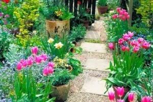 Virágoskert tervezése kerti ösvény mentén